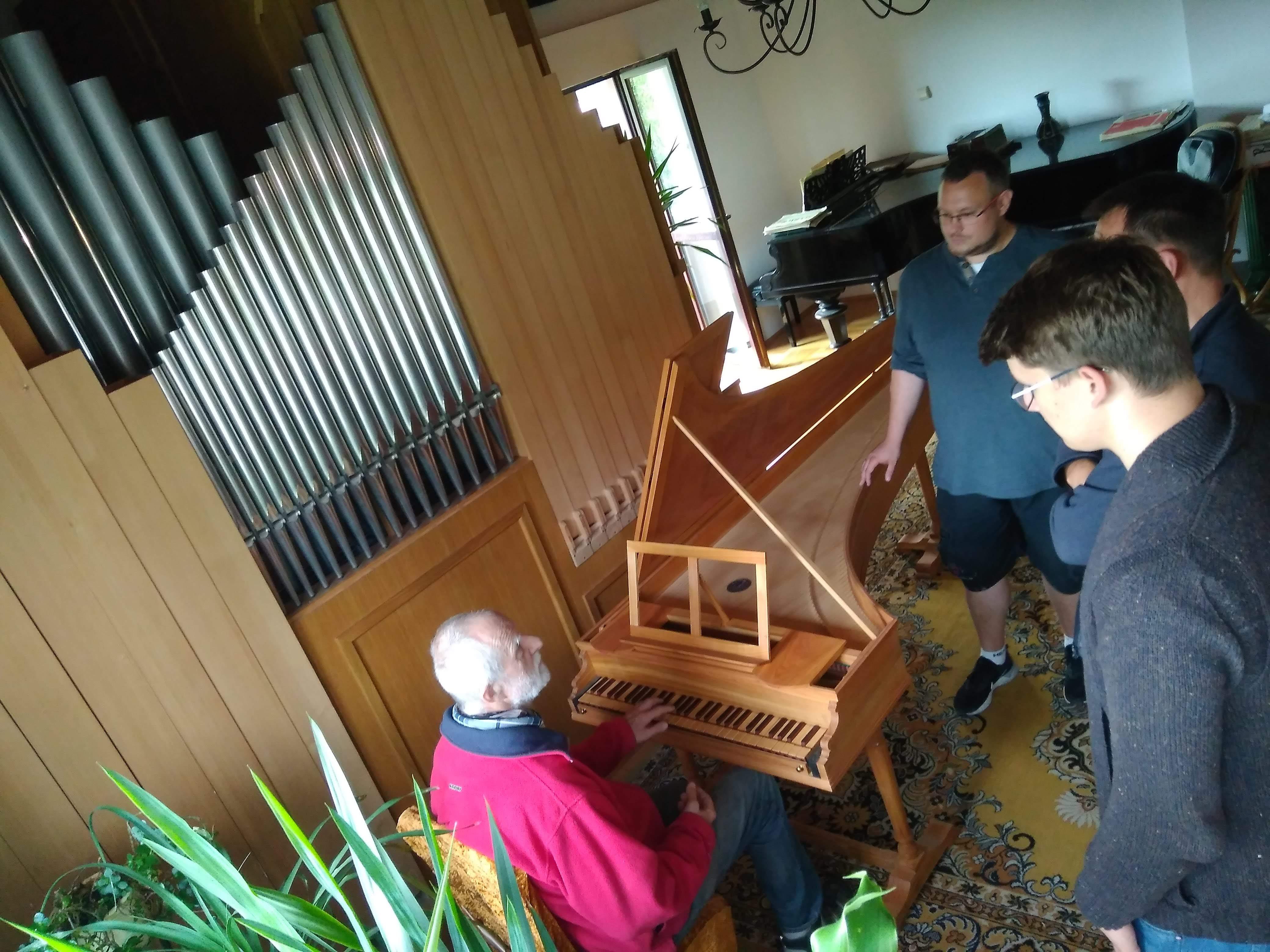 Krzysztof Kulis prezentuje zbudowany przez siebie klawesyn. Fot. A. Sutowicz