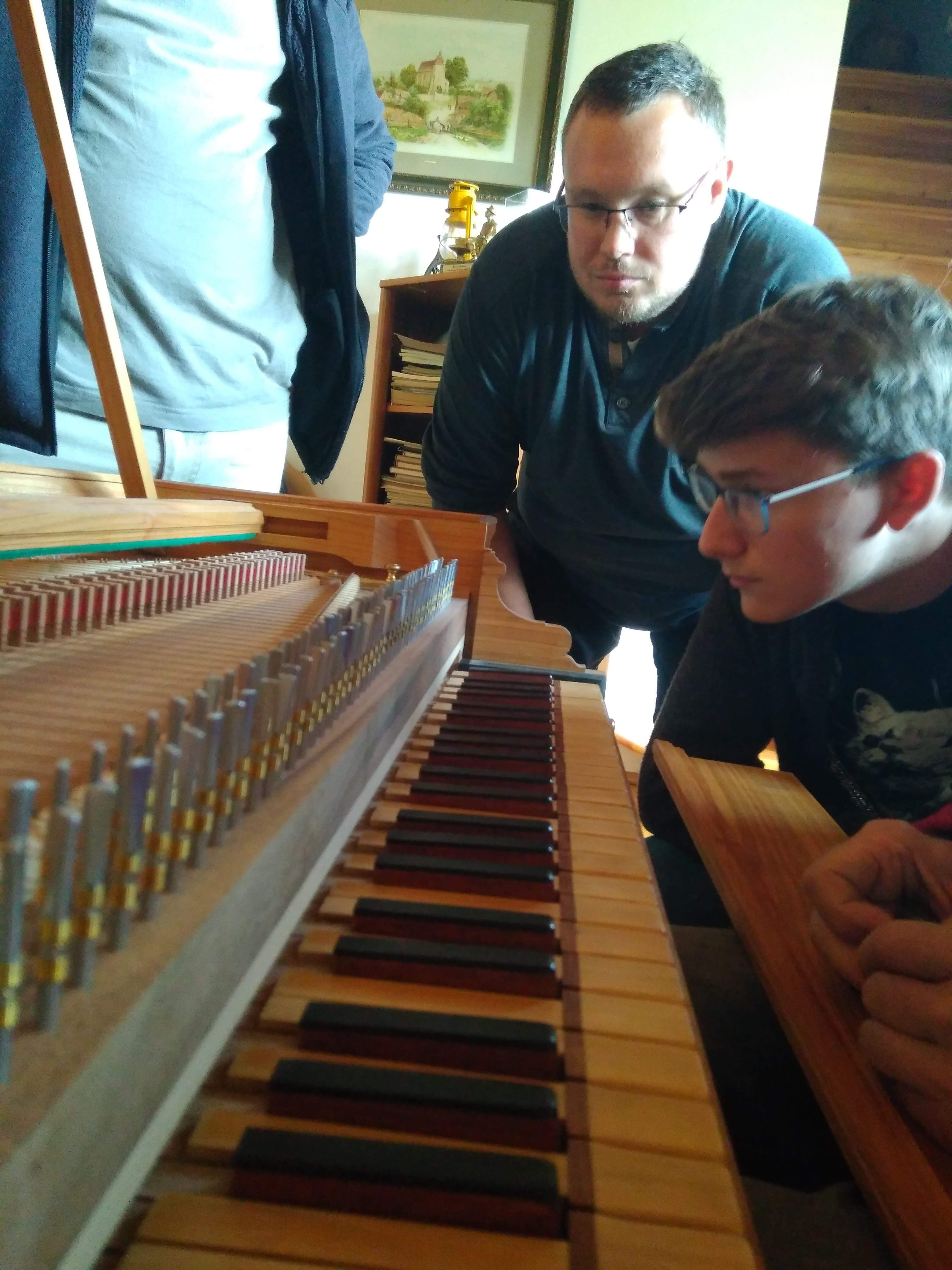 Krzysztof Kulis omawia budowę swojego klawesynu. Fot. A. Sutowicz