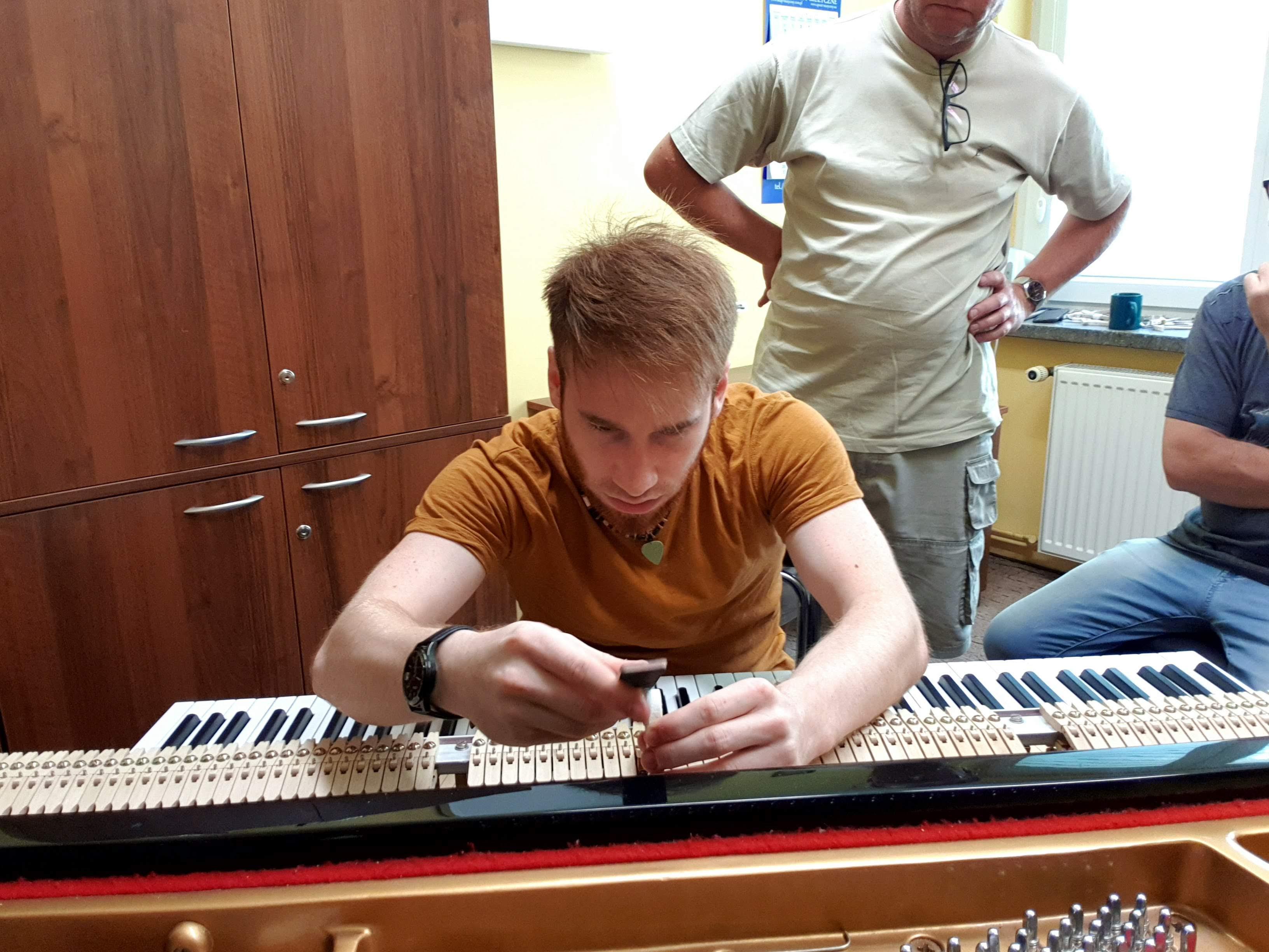 Szlifowanie młotków na struny C. Ebel & Sohne