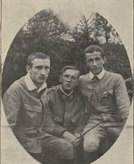 """""""Nowości Ilustrowane"""" nr 34/1915 """"Dzieci muzy nr Legionach: Młodzi pianiści w mundurach : Adam R. Noworyta (w ś rodku), Tadeusz Sygietyński (z lewej) i Michał Opatko."""
