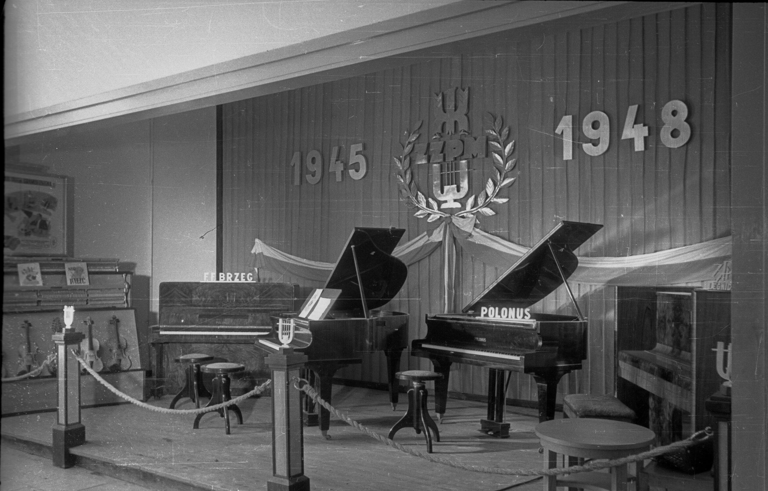 Stoisko Zjednoczonych Zakładów Przemysłu Muzycznego na Wystawie Ziem Odzyskanych (zdj.PAP)