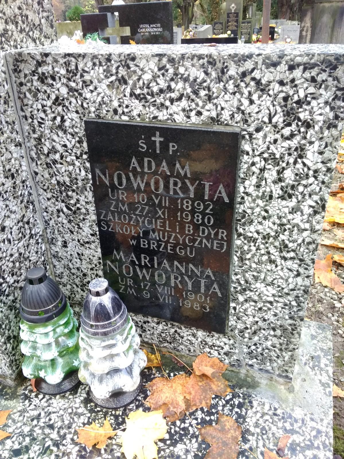Grób Adama Noworyty na krakowskim cmentarzu przy Rakowickiej