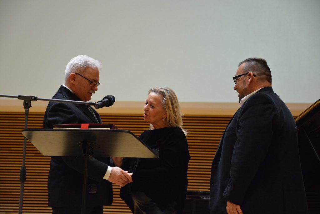 Elwira Fibiger, pierwszy członek honorowy SPSF. Na zdjęciu z Andrzejem Chabrackim (skarbnikiem zarządu) i Andrzejem Kruszewskim (prezesem zarządu).