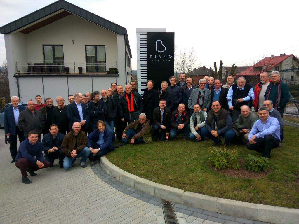 17 marca przypadał nie tylko Dzień Stroiciela, ale również 10. rocznica spotkania założycielskiego SPSF. Z tej okazji spotkaliśmy się na nieformalnych obchodach naszego święta w PianoCentrum Ryszarda, Artura i Piotra Gazdowiczów.