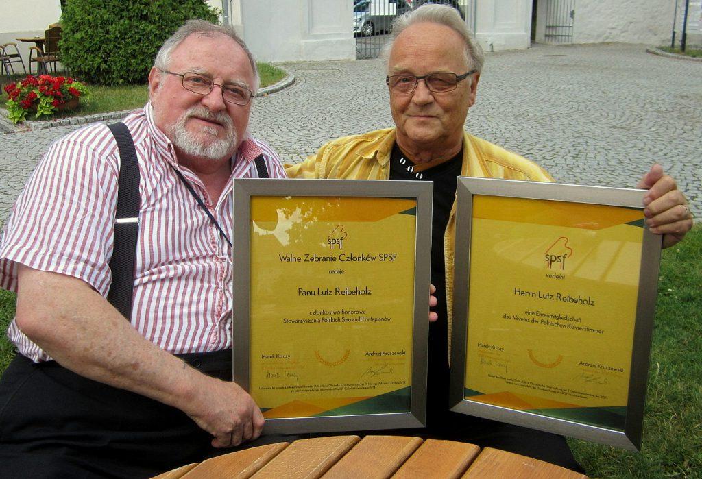 Z prawej Lutz Reibeholz z certyfikatem członka honorowego przez Marka Koczego, przewodniczącego Kapituły Członka Honorowego SPSF