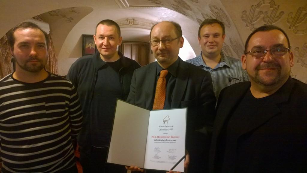 Od lewej: Marcin Augustyniak (sekretarz Kapituły Członka Honorowego), Andrzej Włodarczyk (dyrektor Akademii Umiejętności SPSF), prof. Wojciech Świtała (członek honorowy SPSF, Przemysław Chabracki (sekretarz zarządu) i Andrzej Kruszewski (prezes zarządu)